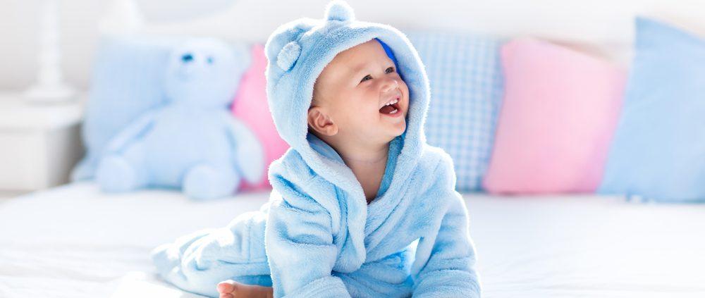 תינוק שהגיע בפונדקאות בישראל לובש חליפה כחולה